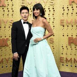 Manny Jacinto y Jameela Jamil en la alfombra roja de los Emmy 2019