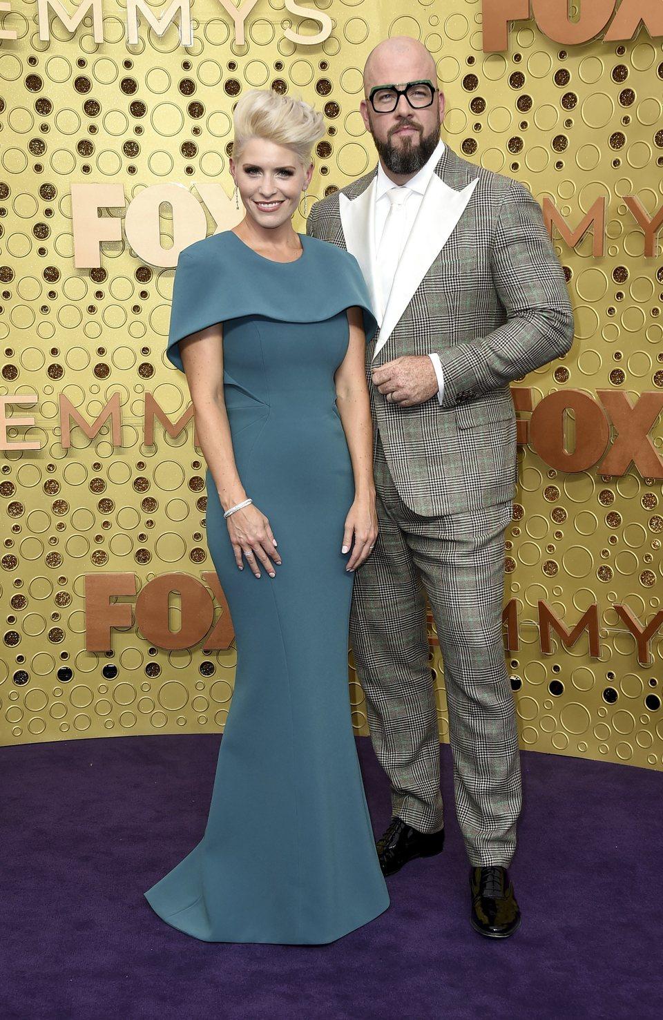 Chris Sullivan y Rachel Sullivan en la alfombra roja de los premios Emmy 2019