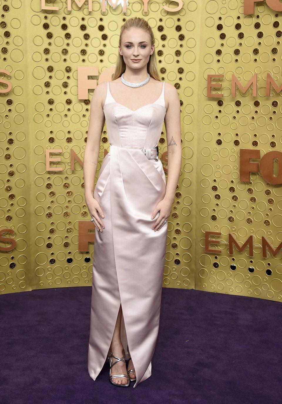 Sophie Turner en la alfombra roja de los Emmy 2019