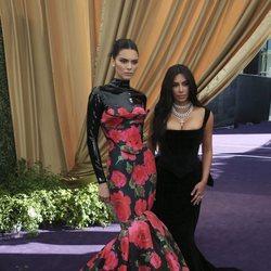 Kendall Jenner y Kim Kardashian en la alfombra roja de los Emmy 2019