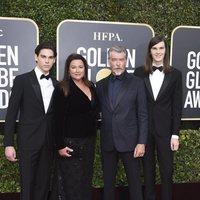 Pierce Brosnan y familia posan en la alfombra roja de los Globos de Oro 2020