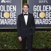 Joe Alwyn en la alfombra roja de los Globos de Oro 2020