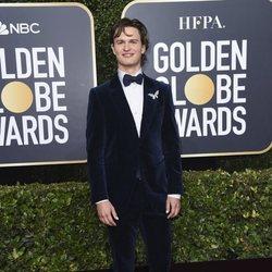 Ansel Elgort  en la alfombra roja de los Globos de Oro 2020