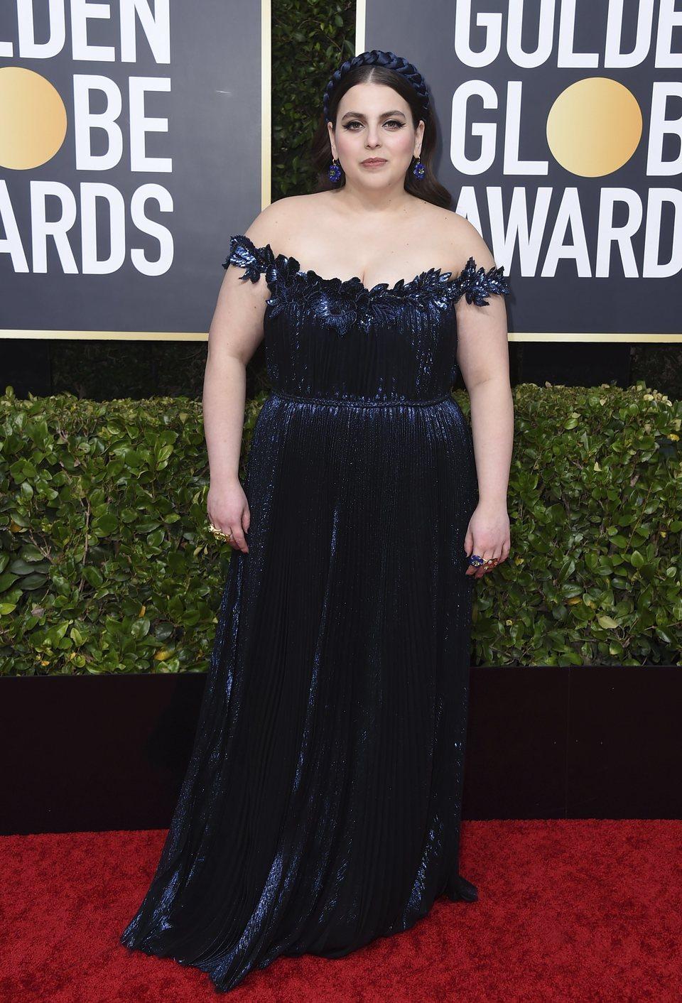Beanie Feldstein en la alfombra roja de los Globos de Oro 2020