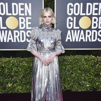 Lucy Boynton en la alfombra roja de los Globos de Oro