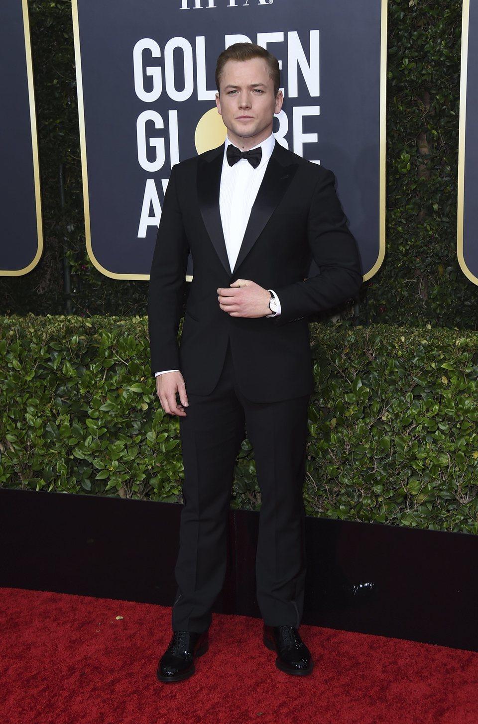 Taron Egerton en la alfombra roja de los Globos de Oro 2020