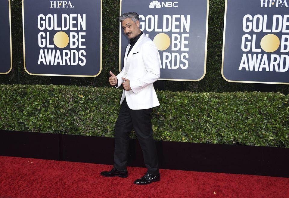 Taika Waititi en la alfombra roja de los Globos de Oro 2020