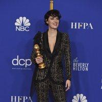 Phoebe Waller-Bridge posa con su Globo de Oro por su interpretación en 'Fleabag'