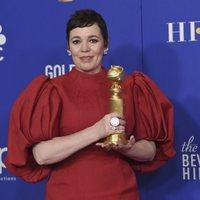 Olivia Colman posa con su Globo de Oro 2020 por su papel en 'The Crown'