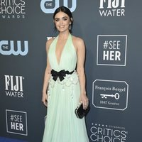 Lucy Hale en la alfombra de los Critics' Choice Awards 2020