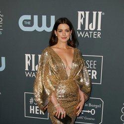 Anne Hathaway en la alfombra roja de los Critics' Choice Awards 2020