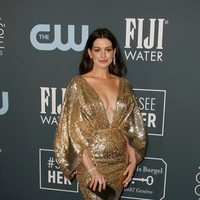 Anne Hathaway en la alfombra roja de los Critics' Choice Awards 2020