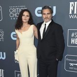 Joaquin Phoenix y Rain Phoenix en la alfombra de los Critics' Choice Awards 2020