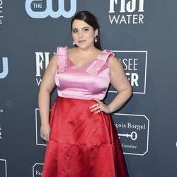 Beanie Feldstein en la alfombra de los Critics' Choice Awards 2020