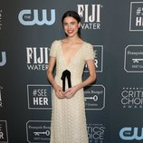 Margaret Qualley posando en los Critics' Choice Awards 2020
