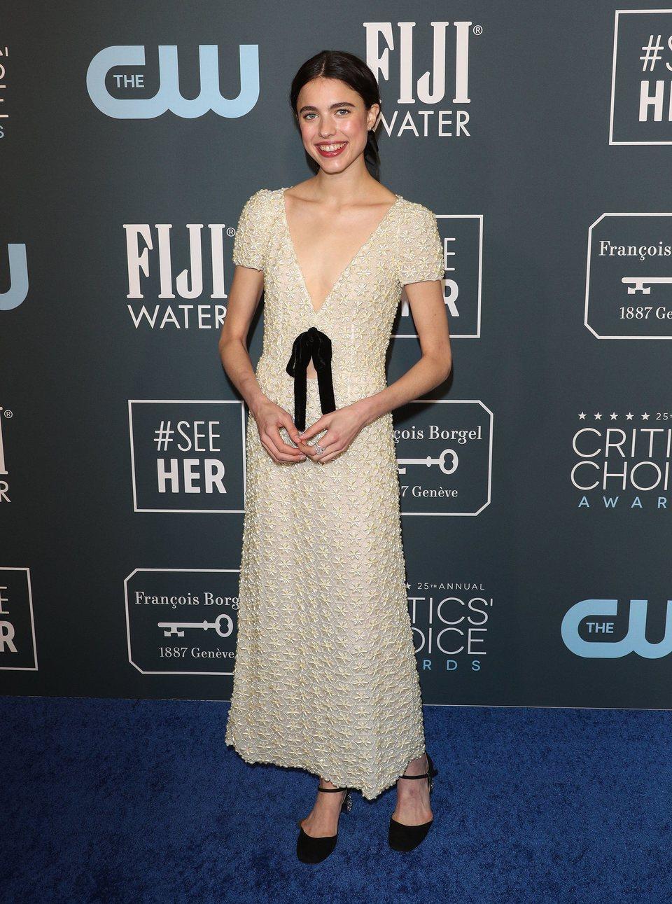Margaret Qualley posando en los Critics' Choice Awards 2020