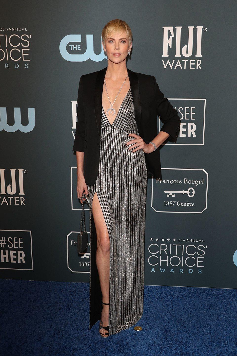 Charlize Theron en la alfombra roja de los Critics' Choice Awards 2020