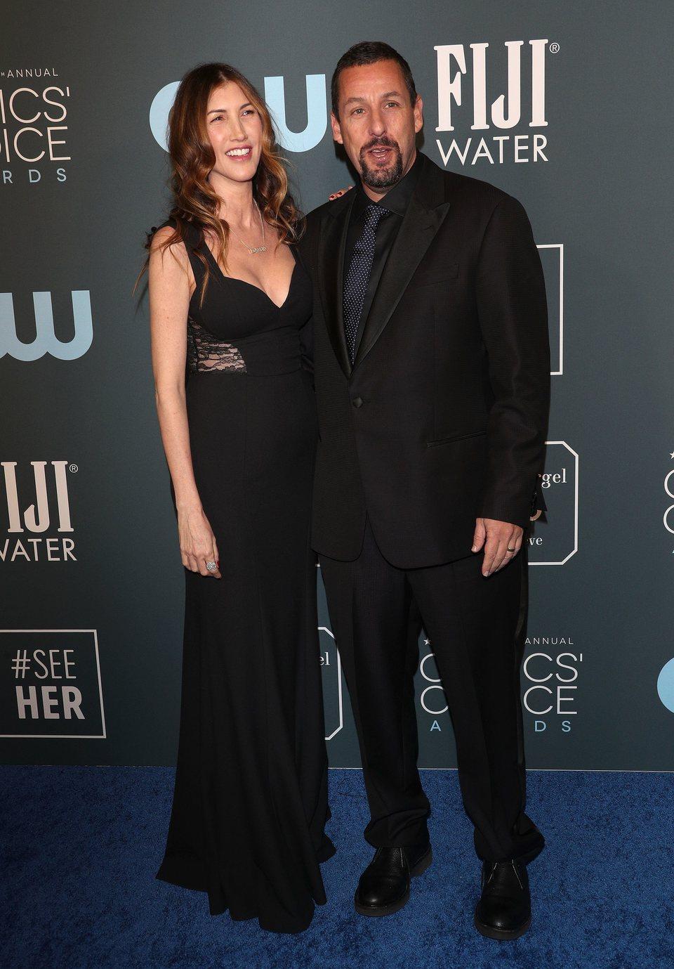 Adam Sandler y su mujer Jackie en los Critics' Choice Awards 2020