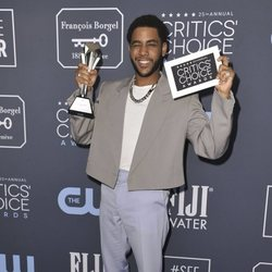 Jharrel Jerome en la alfombra roja de los Critics' Choice Awards 2020