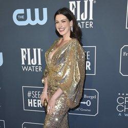 Anne Hathaway en la alfombra de los Critics' Choice Awards 2020