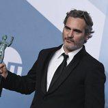 Joaquin Phoenix posa con su premio en la alfombra de los SAG Awards 2020