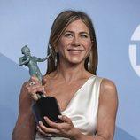 Jennifer Aniston posa con su premio en la alfombra de los SAG Awards 2020