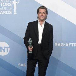 Brad Pitt posa con su premio en la alfombra de los SAG Awards 2020