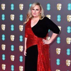 Rebel Wilson en la alfombra roja de los BAFTA 2020