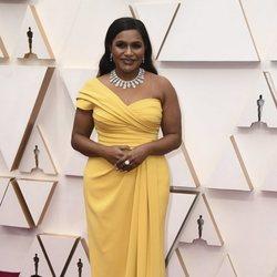 Mindy Kaling en la alfombra roja de los Oscar 2020