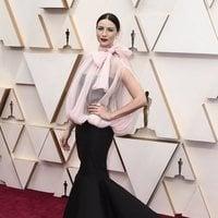 Caitriona Balfe en la alfombra roja de los Oscar 2020