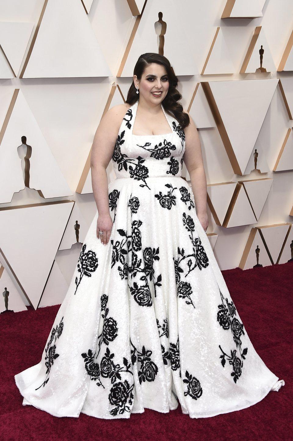 Beanie Feldstein en la alfombra roja de los Oscar 2020