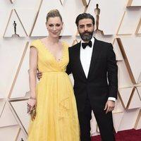 Oscar Isaac en la alfombra roja de los Oscar 2020