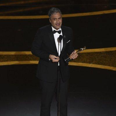 Taika Waititi recoge el Oscar a Mejor Guion Adaptado por 'Jojo Rabbit'