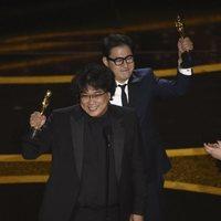 Bong Joon-ho recoge el Oscar a Mejor Guion Original por 'Parásitos'