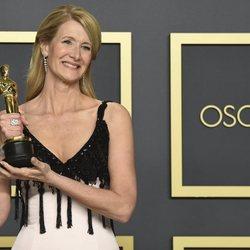 Laura Dern con su Oscar a Mejor Actriz de Reparto