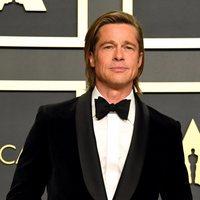 Brad Pitt con su Oscar a Mejor Actor de Reparto