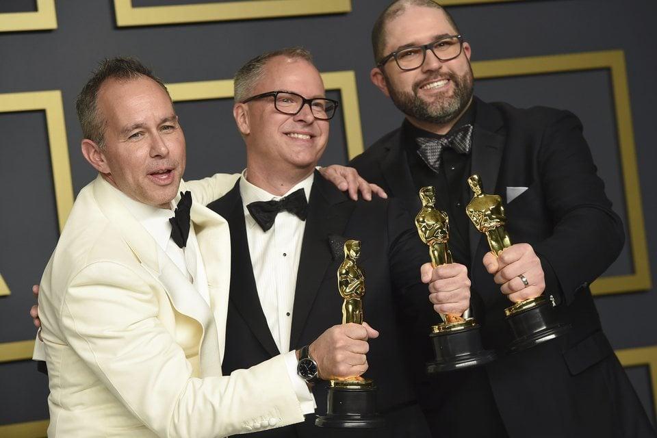 Jonas Rivera, Mark Nielsen y Josh Cooley con sus Oscars a Mejor Película de Animación por 'Toy Story 4'
