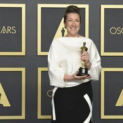 Jacqueline Durran con su Oscar a Mejor Vestuario por 'Mujercitas'