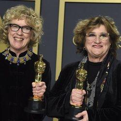Nancy Haigh y Barbara Ling con su Oscar a Mejor Diseño de Producción por 'Érase una vez... en Hollywood'