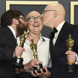 Steven Bognar, Julia Reichert y Jeff Reichert con su Oscar a Mejor Documental