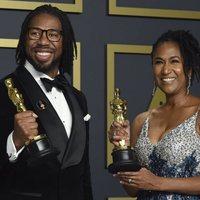 Matthew A. Cherry y Karen Rupert Toliver con su Oscar a Mejor Cortometraje de Animación