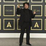 Bong Joon-ho posa con sus Oscars por 'Parásitos'