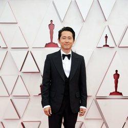 Steven Yeun en la alfombra roja de los Oscar 2021