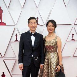 Lee Issac Chung y Valerie Chung en la alfombra roja de los Oscar 2021