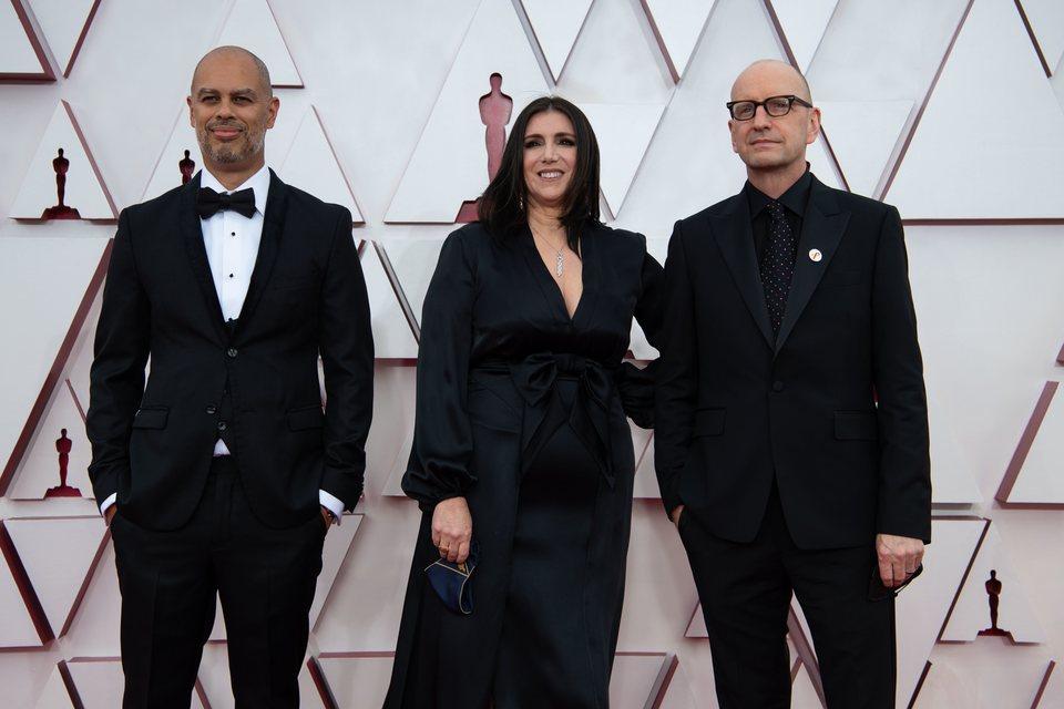 Jesse Collins, Stacy Sher y Steven Soderbergh en la alfombra roja de los Oscar 2021
