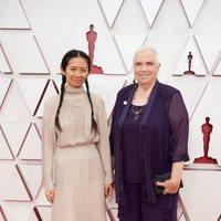 Chloé Zhao y Charlene Swankie en la alfombra roja de los Oscar 2021