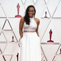 Mia Neal en la alfombra roja de los Oscar 2021