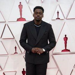 Daniel Kaluuya en la alfombra roja de los Oscar 2021