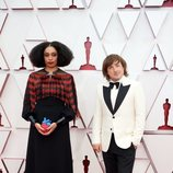 Celeste Waite y Daniel Pemberton en la alfombra roja de los Oscar 2021