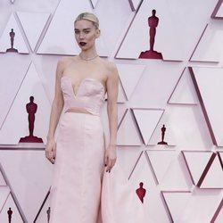Vanessa Kirby en la alfombra roja de los Oscar 2021